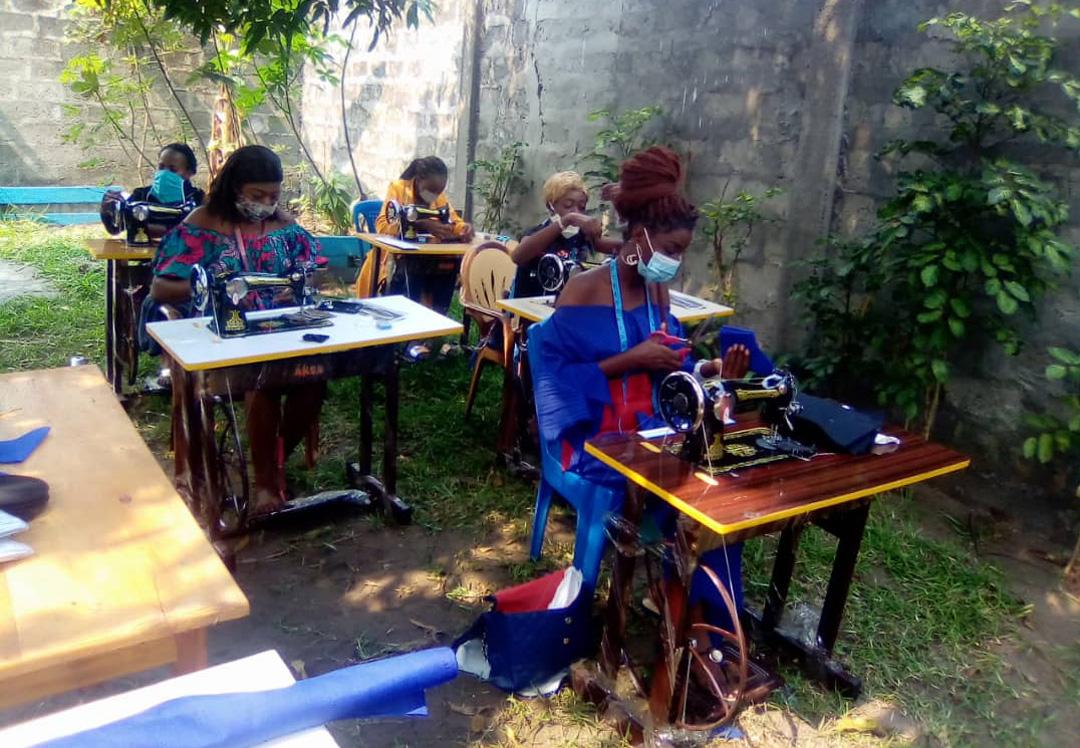 Stichting Diba Aids Congo mondkapjes maken